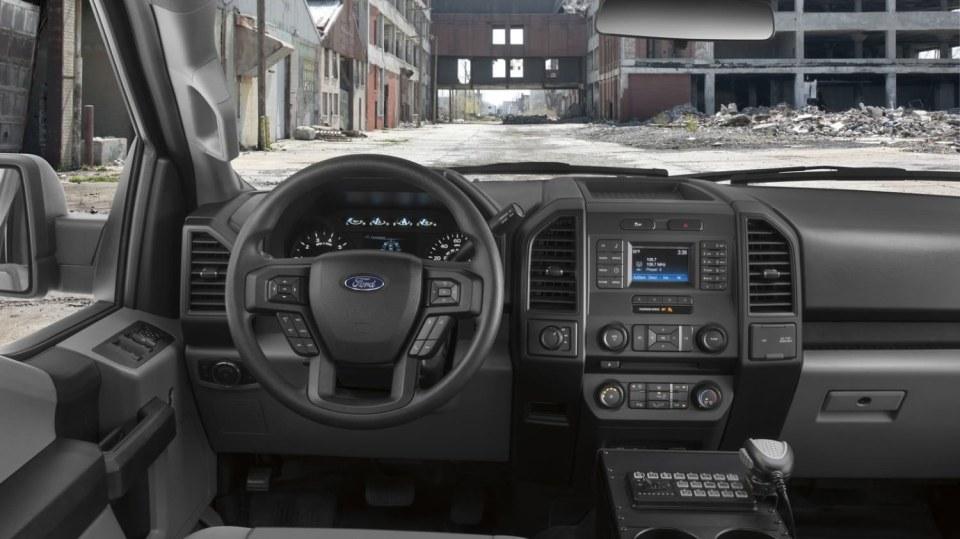 Působivý offroad Ford F-150 v policejním provedení. 8