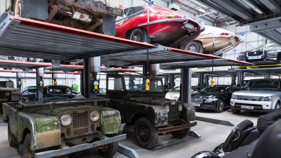 Stovky klasických Jaguarů a Land Roverů v obřím centru 26