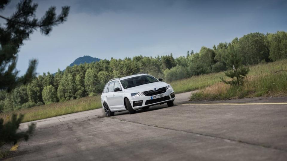 Nová Škoda Octavia RS 245 v pohybu. 2