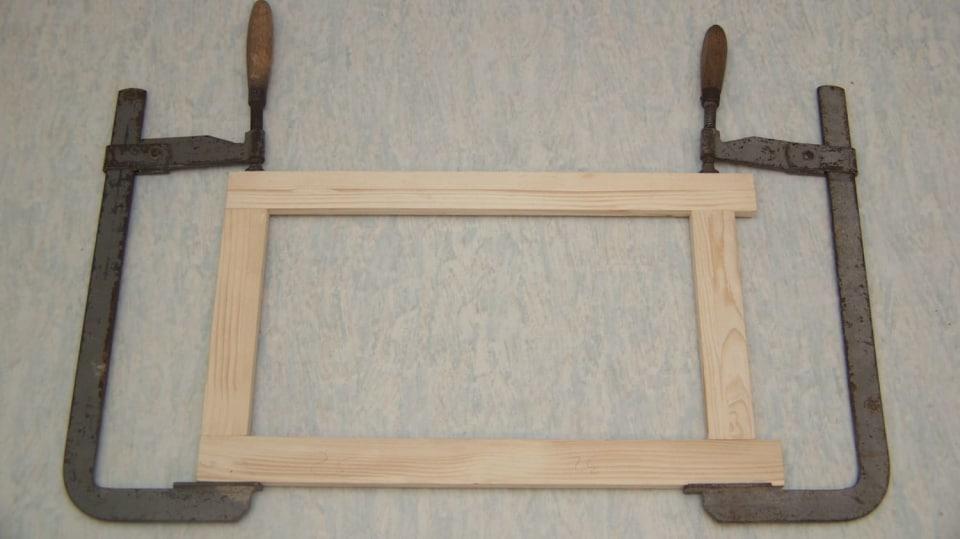 Sklopný stolek: rámeček stáhneme svěrkami