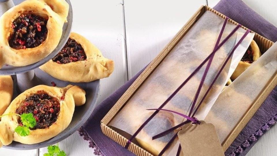 Cibulovo-švestkové taštičky z kynutého těsta s pikantně sladkokyselou náplní