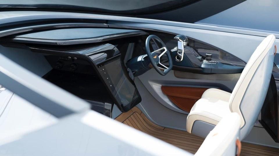 Aston Martin nabízí luxusní jachtu AM37 i ponorku Neptune. 5