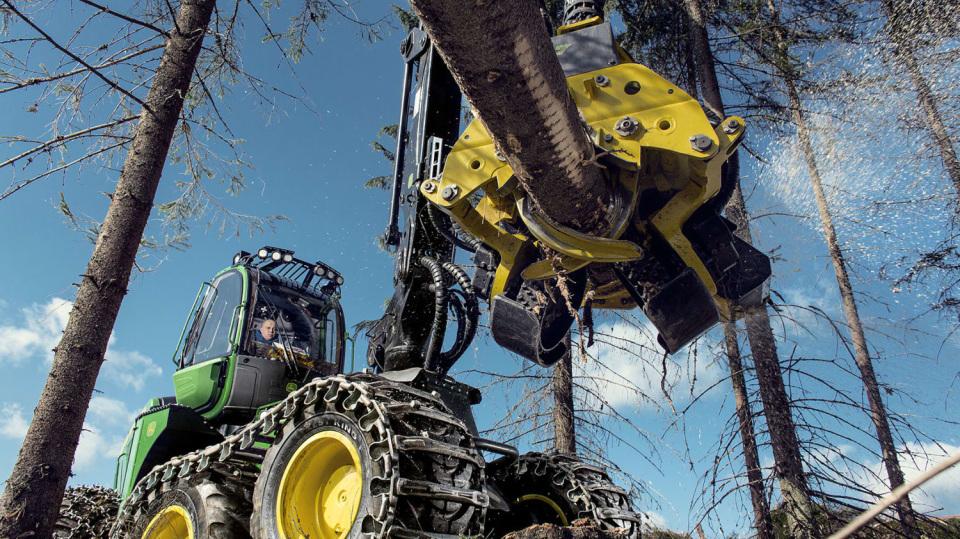 Působivá technika pro lesní těžbu. Většinou obouvá Nokiany. 2