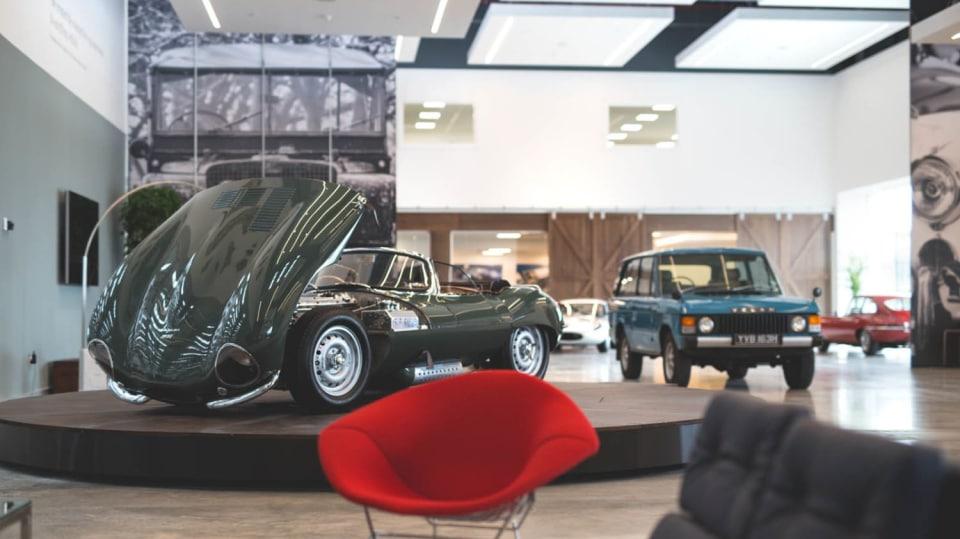 Stovky klasických Jaguarů a Land Roverů v obřím centru 18