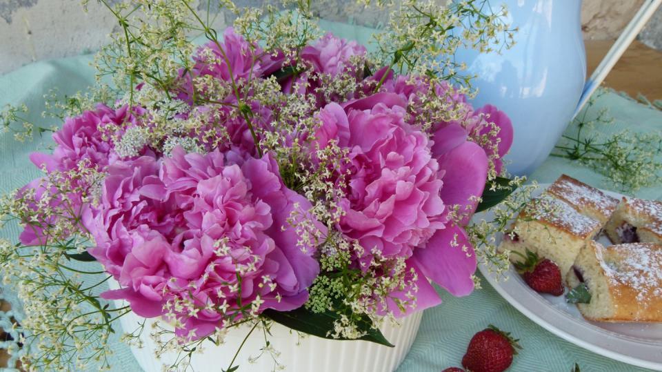 Jak uspořádat květiny do široké mísy či vázy 10