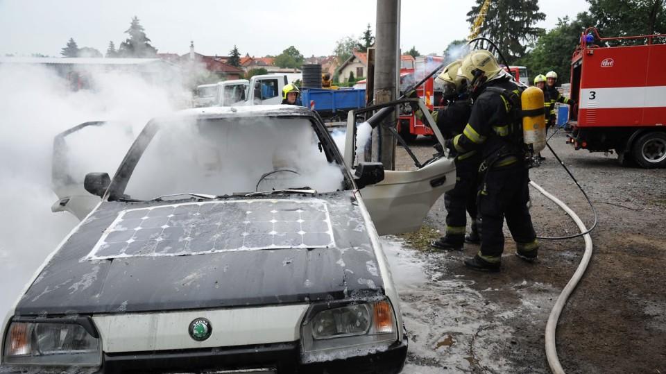 Požár zničil elektrickou Škodu Favorit 5