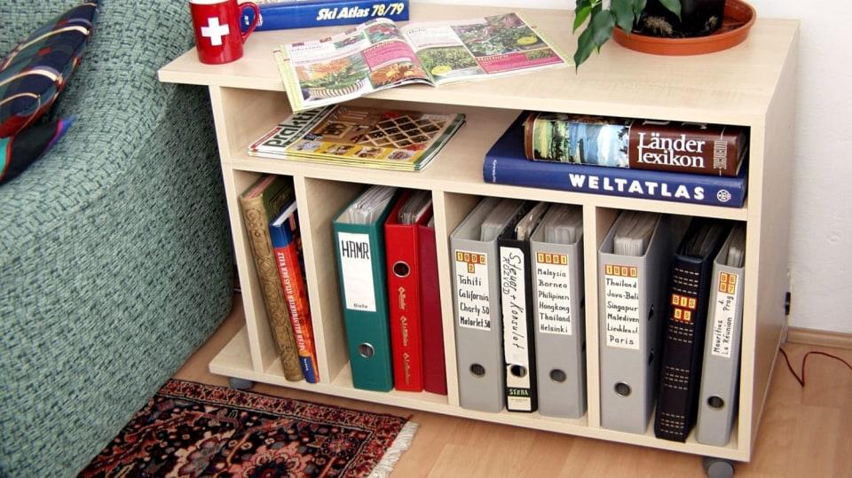 Praktický stolek na knihy a časopisy
