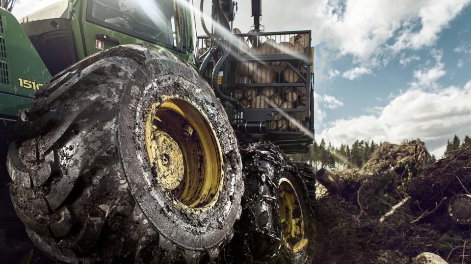 Působivá technika pro lesní těžbu. Většinou obouvá Nokiany. 4