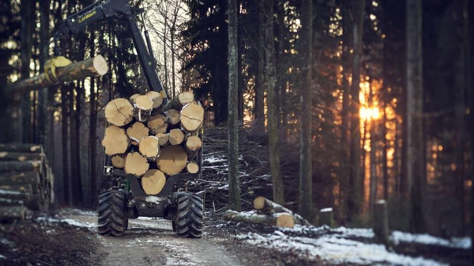 Působivá technika pro lesní těžbu. Většinou obouvá Nokiany. 8
