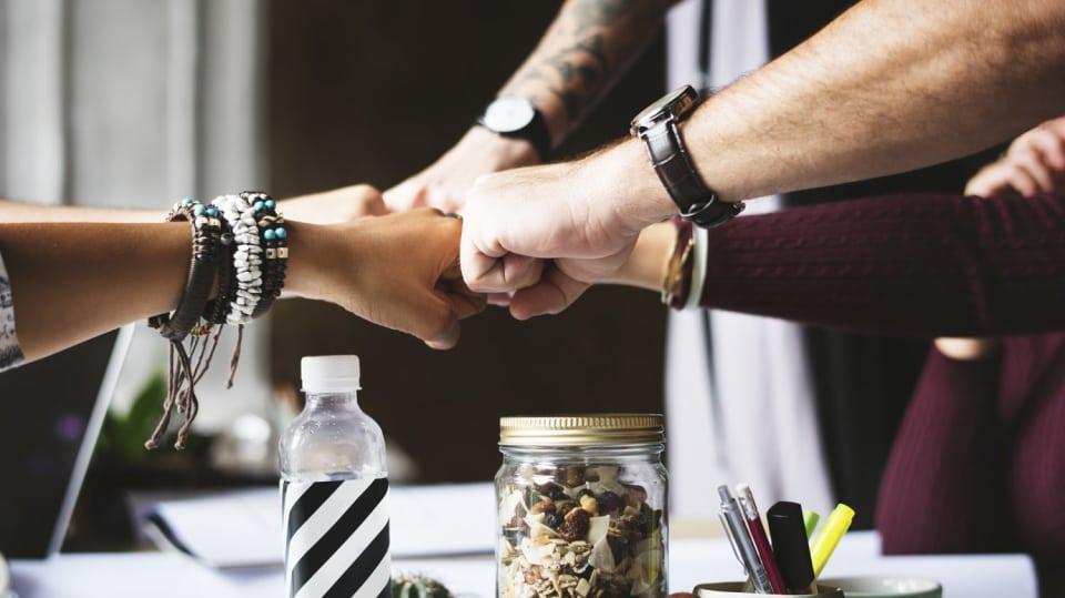 Spolupráce mezi mnoha lidmi je klíčová.