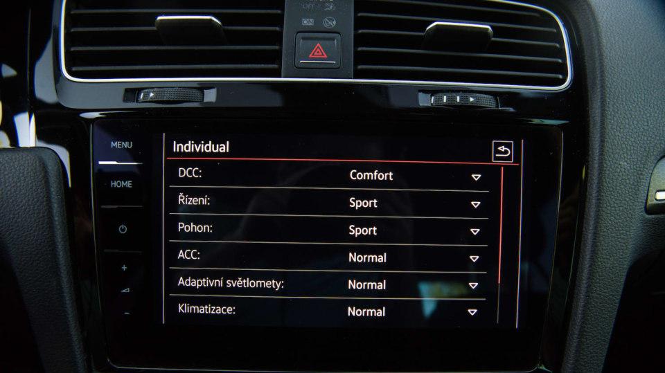 Volkswagen Golf GTI interiér 5