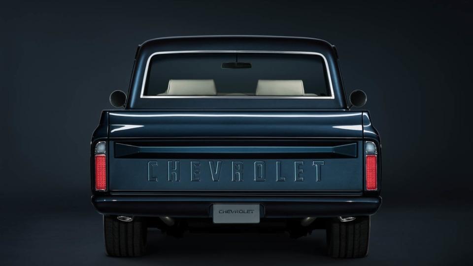 Chevrolet perfektně zrestauroval model C-10 z roku 1967. 4