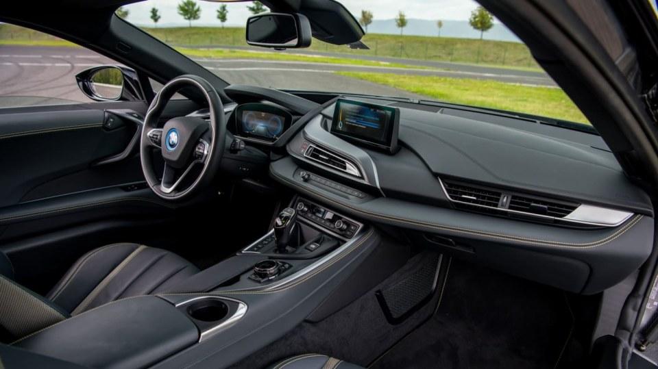 BMW i8 Protonic Frozen v matně černém laku. 8