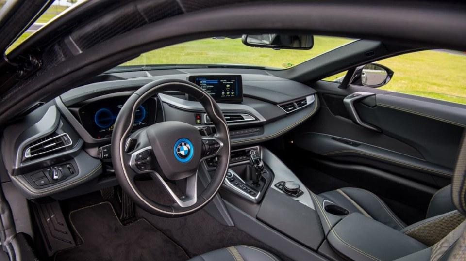 BMW i8 Protonic Frozen v matně černém laku. 7