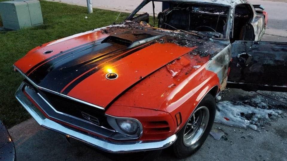 Někdo pro zábavu zapálil Mustang postiženého chlapce 7