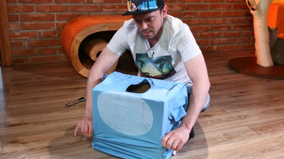 Jak vykouzlit ze starého trika a nepotřebné krabice vychytaný domeček pro kočku 3