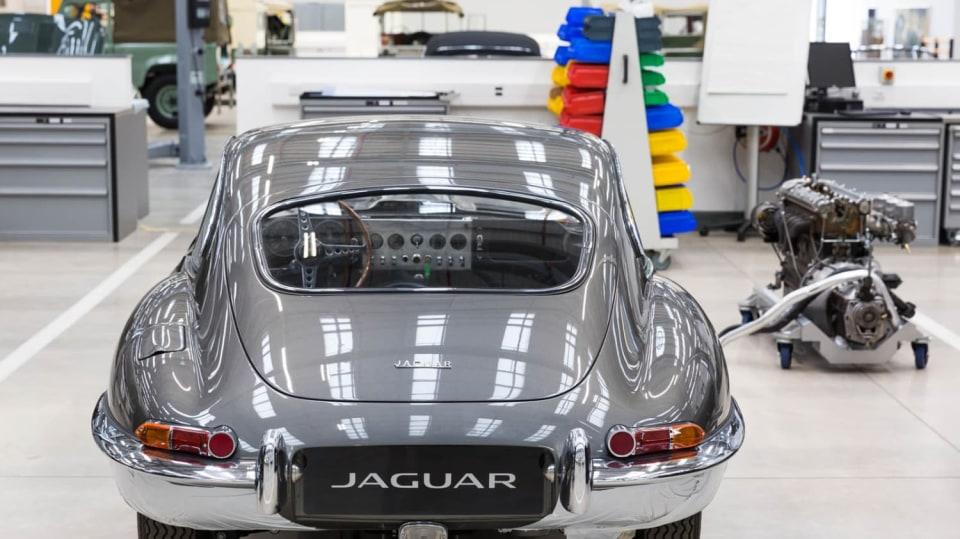 Stovky klasických Jaguarů a Land Roverů v obřím centru 23