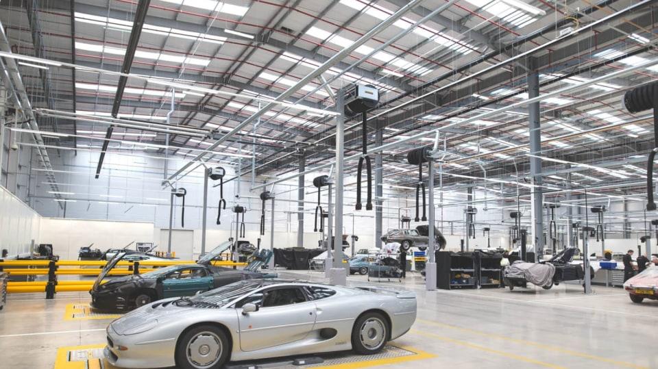 Stovky klasických Jaguarů a Land Roverů v obřím centru 13