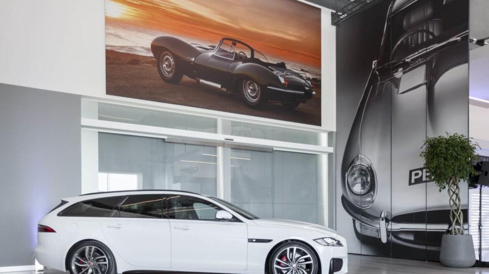 Stovky klasických Jaguarů a Land Roverů v obřím centru 2