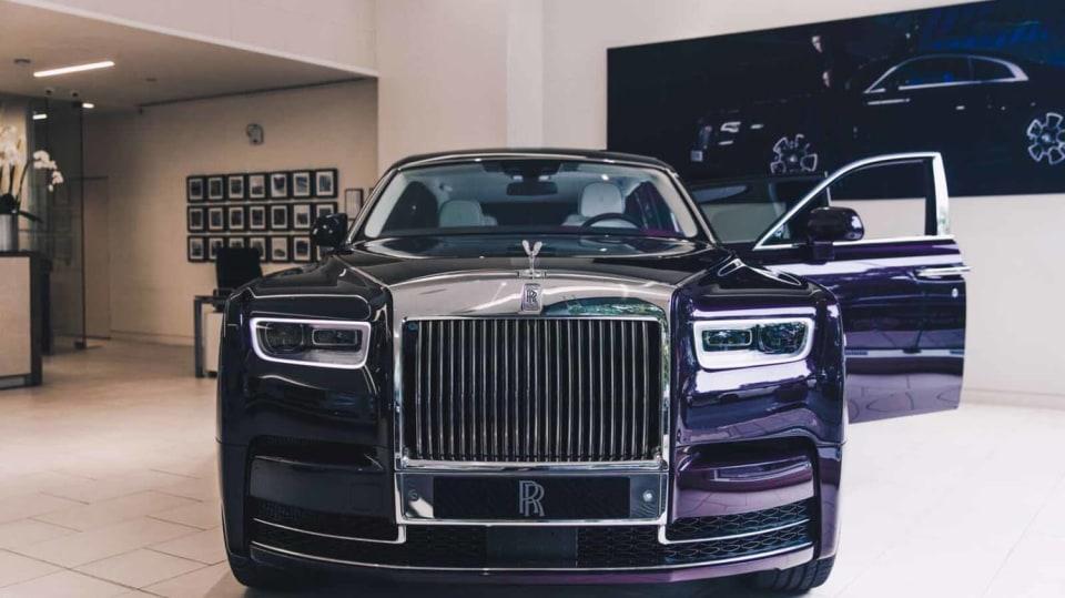 První Rolls-Royce Phantom už je na prodej. Fialový s bílou kůží 10