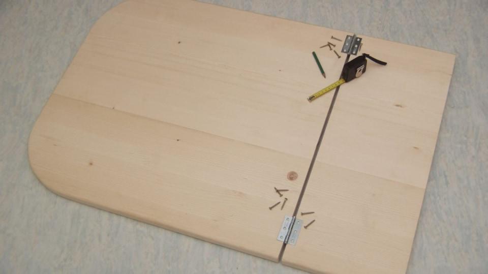 Sklopný stolek: části stolové desky spojíme panty