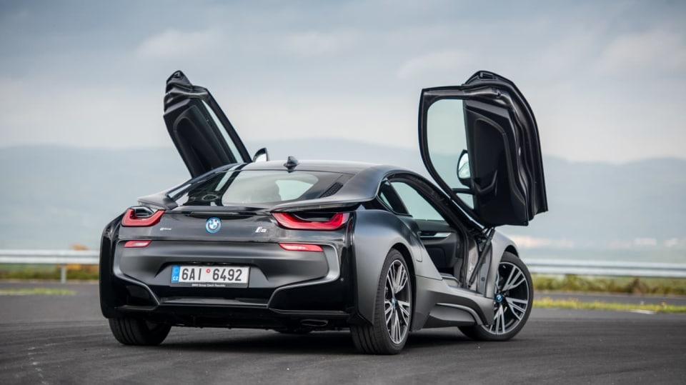 BMW i8 Protonic Frozen v matně černém laku. 2