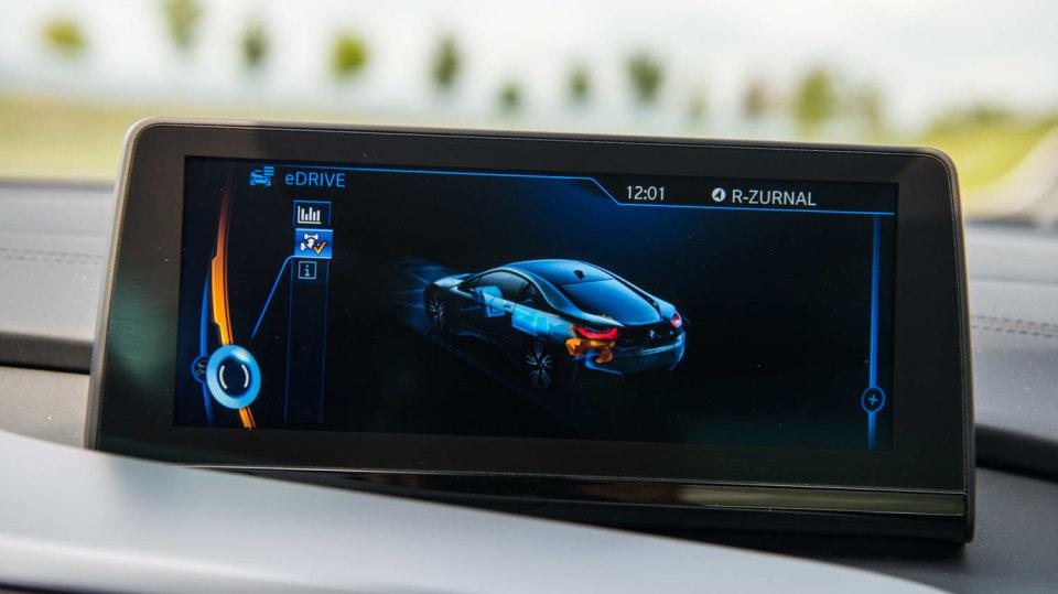 BMW i8 Protonic Frozen v matně černém laku. 13
