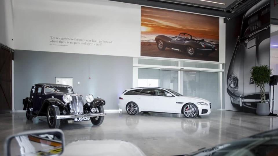 Stovky klasických Jaguarů a Land Roverů v obřím centru 1