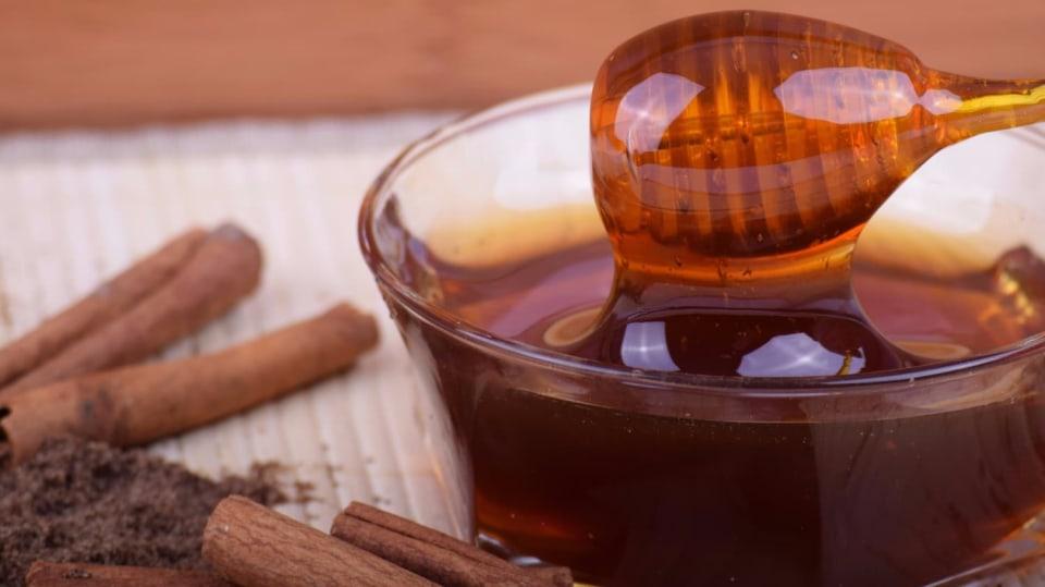 Skořice a med je ideální léčivá kombinace