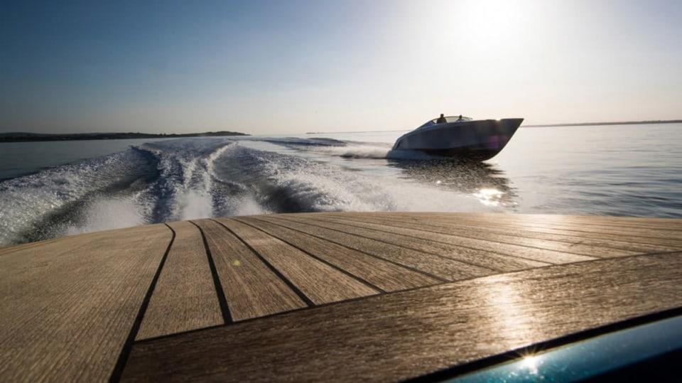 Aston Martin nabízí luxusní jachtu AM37 i ponorku Neptune. 6