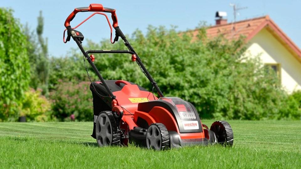 Jak správně připravit sekačku na jarní práci na zahradě
