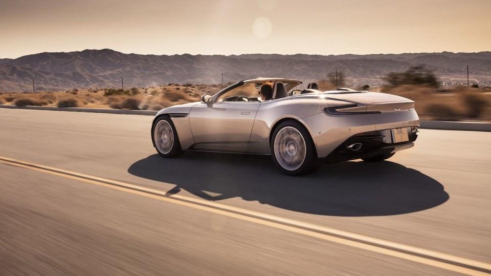 Nádherný roadster Aston Martin DB11 Volante. 6