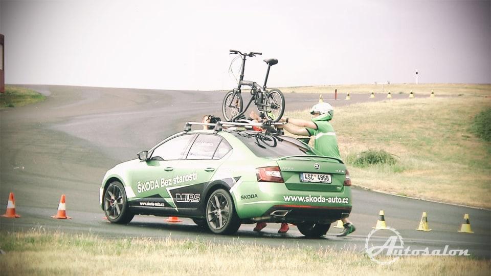 Brždění a sundavání kola při soutěži o Škodu Octavii RS. 4