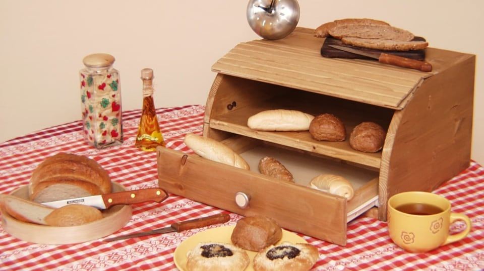 Praktický chlebník se zásuvkou