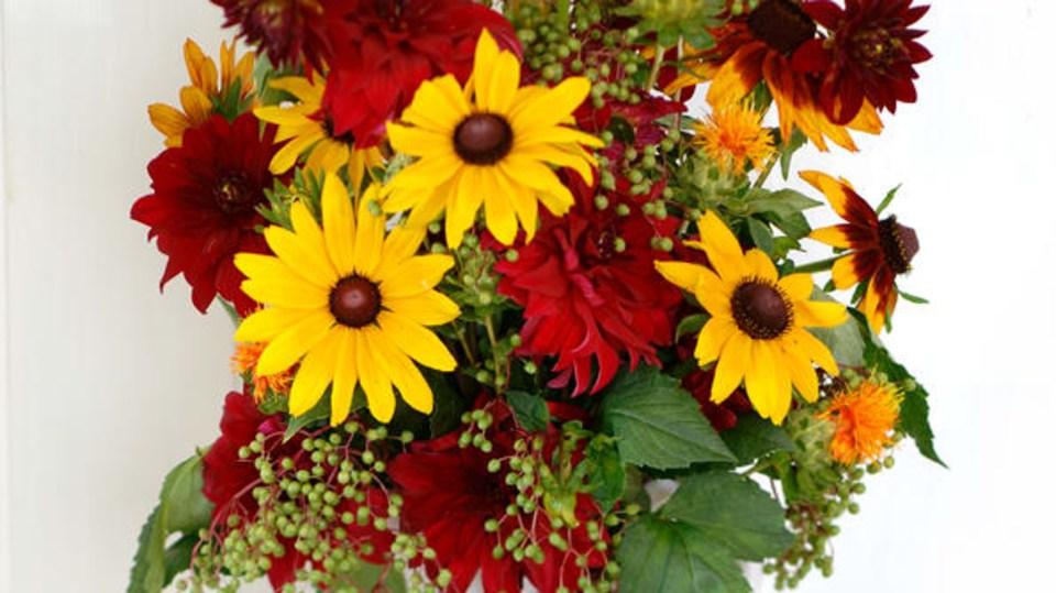 Podzimní květinová dekorace na stole nesmí chybět