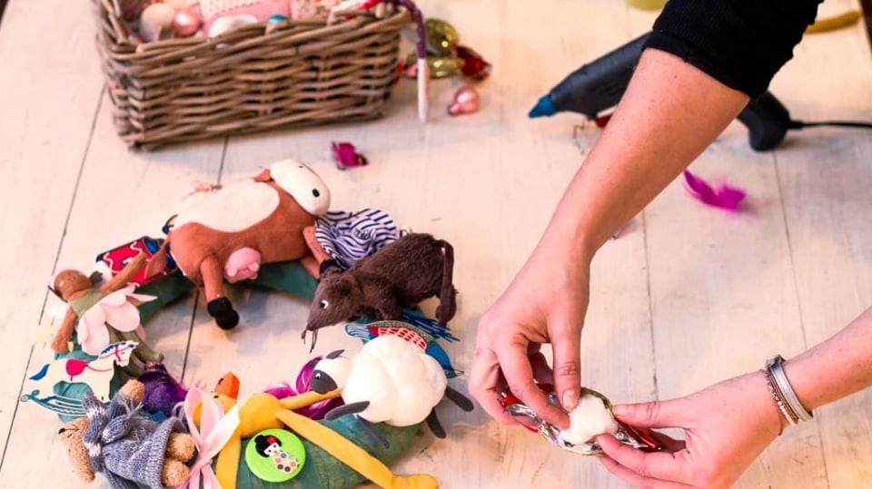 Jak vyrobit báječnou dekoraci do dětského pokoje: Věnec z hraček 5