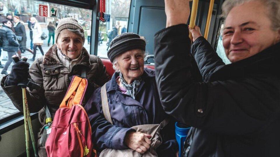 Stovky osamělých a hendikepovaných seniorů vyrazily na předvánoční projížďku Prahou