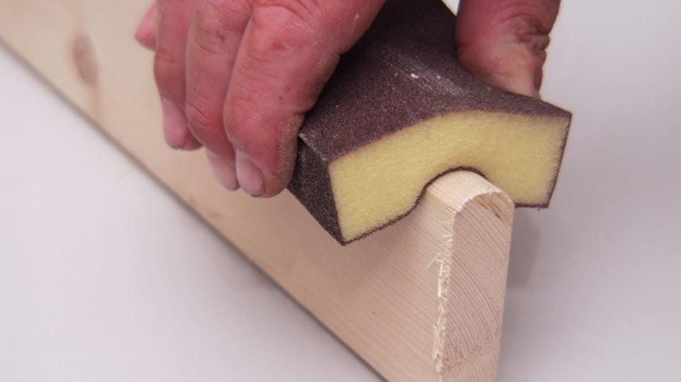 Hranu řezu obrousíme smirkovým papírem