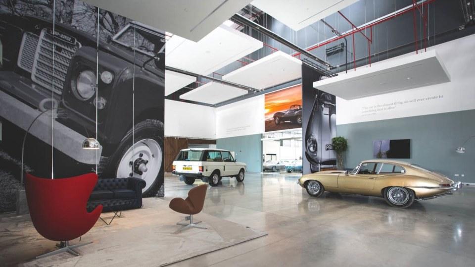 Stovky klasických Jaguarů a Land Roverů v obřím centru 15
