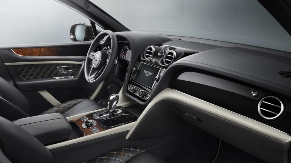Luxusní dvanáctiválcové SUV Bentley Bentayga. 3