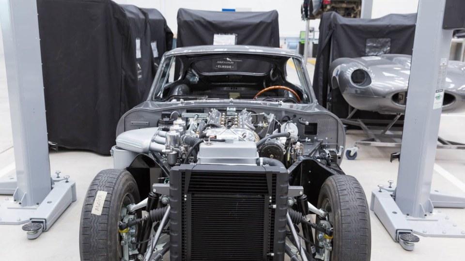 Stovky klasických Jaguarů a Land Roverů v obřím centru 30