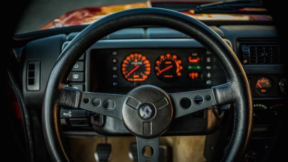 Renault 5 Turbo ve vzácné verzi Evolution. 37