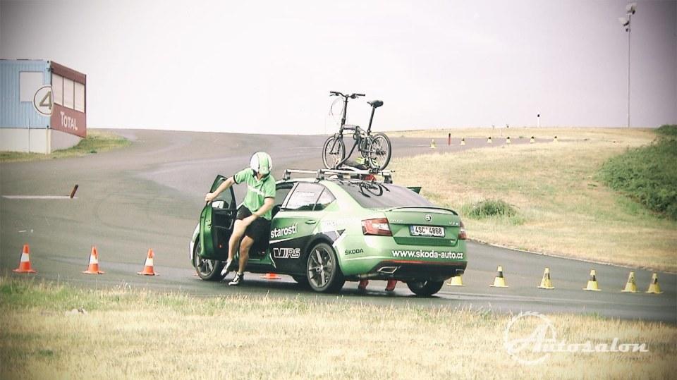 Brždění a sundavání kola při soutěži o Škodu Octavii RS. 3