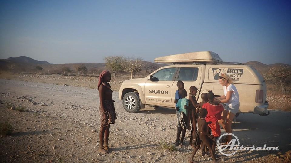 Himbové u cesty čekají na dárek