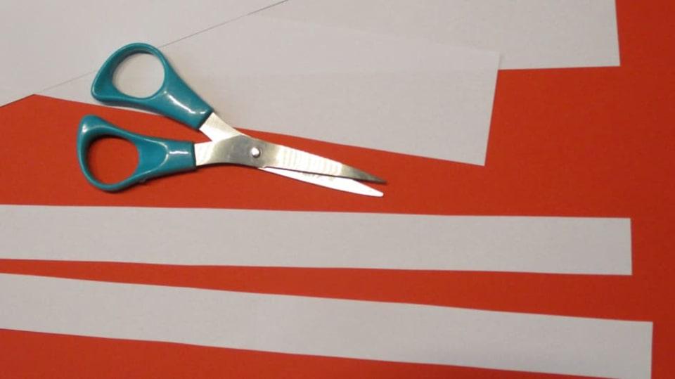 Vystřihněte proužky z papíru