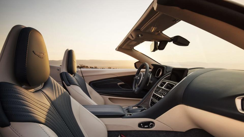Nádherný roadster Aston Martin DB11 Volante. 14