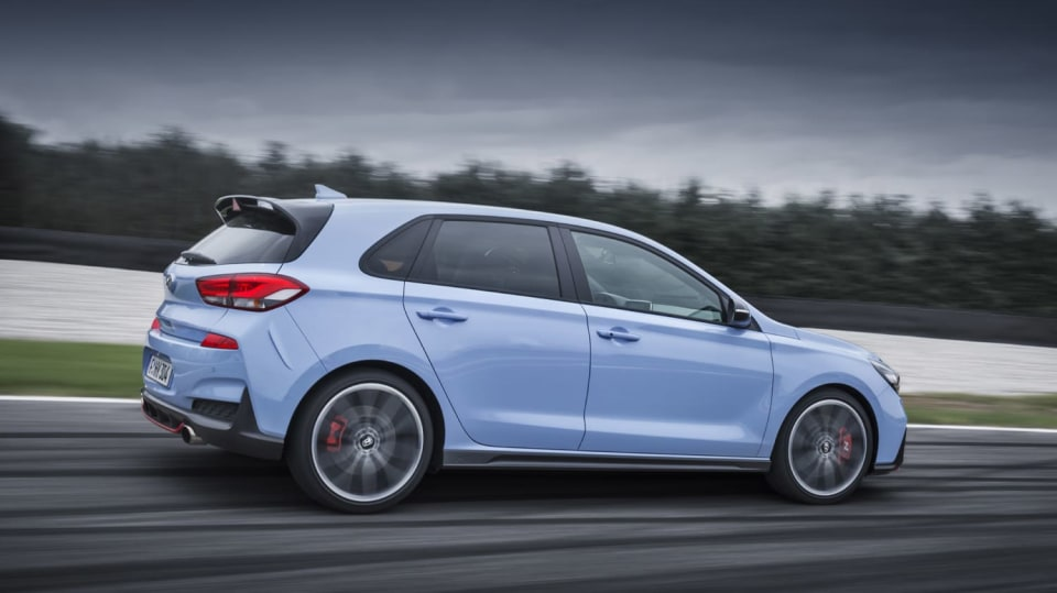 Prohlédněte si ostrý hatchback Hyundai i30 N v pohybu. 13