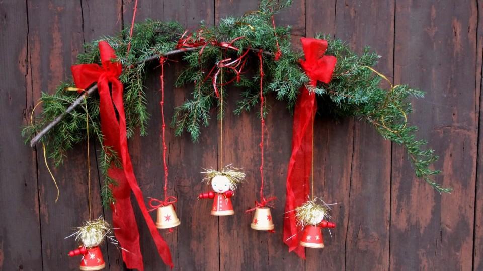 Závěs s andělíčky je hravá vánoční dekorace