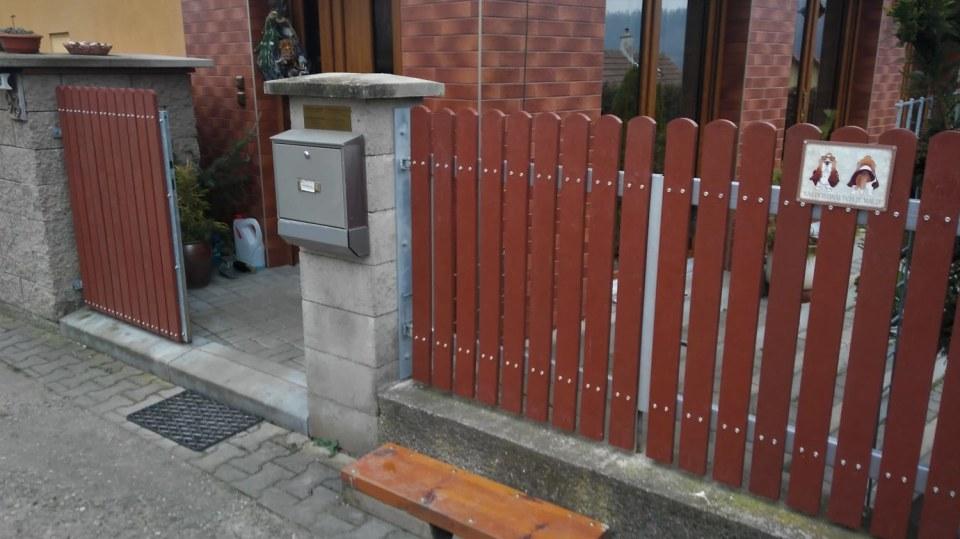 Výměna starých plotových planěk za plastové  1