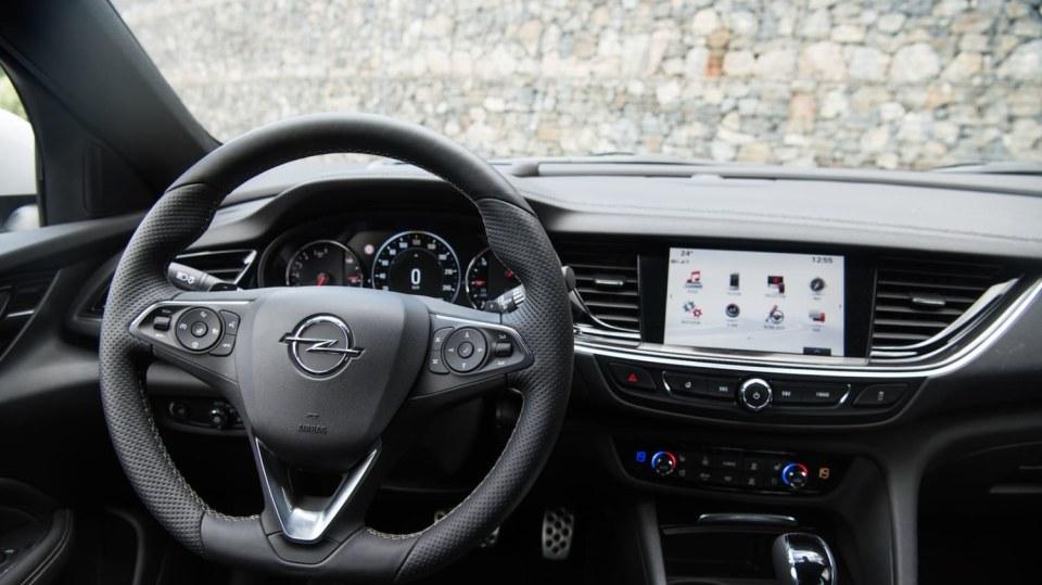 Opel Insignia Grand Sport 2.0 Turbo 4x4 interiér 3